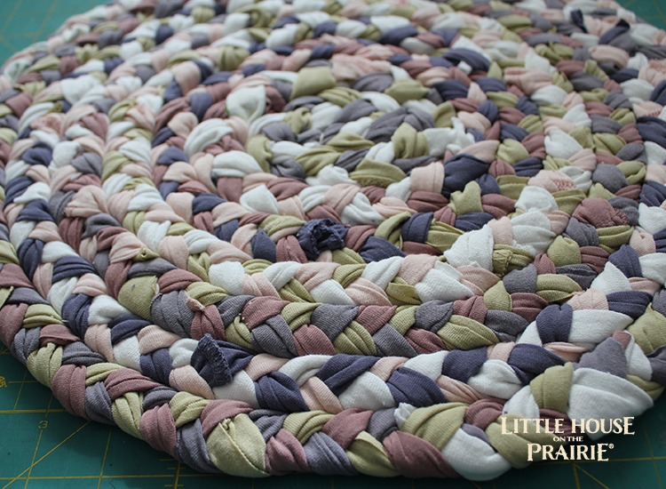 The finished placemat made in the style in the of a braided fabric rug.