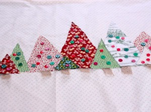 DIY No Sew Christmas Tablerunner Featured