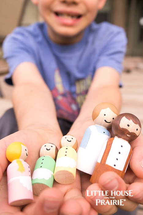 Play with imaginative toys with these Little House inspired wooden peg dolls.
